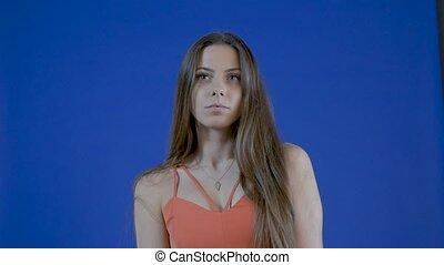 bleu, lent, motion., jeune, longs cheveux, girl, séduisant, fond, portrait, studio.