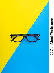 bleu, lunettes, cadre, jaune, arrière-plan noir