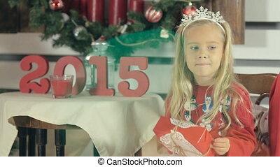 bleu, peu, box-gift, blanc, arbre, yeux, longs cheveux, girl, surprenant, sourire, assied, noël