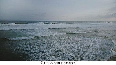 bleu, révéler, tourner, gauche, orageux, large, grand, marées, mousse, nuageux, océan, sombre, bourdon, vague, sous, blanc, sky., briser