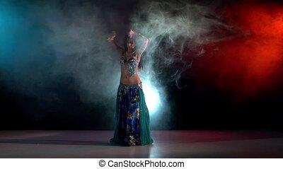 bleu, talanted, lent, sur, danse, mouvement, fumée, jeune fille, mouvements, ventre, aller, noir, rouges, séduisant