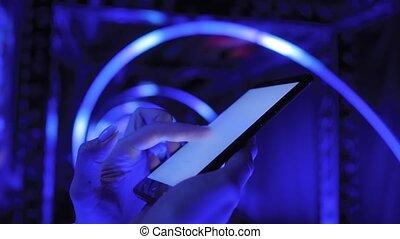 bleu, vue, smartphone, haut, -, exposition, fin, utilisation, femme, illumination