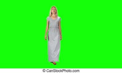 blond, directement, aller, contre, appareil photo, girl, long, regarder, vert, gris, robe, écran