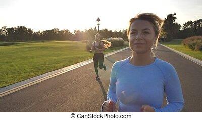 blond, jogging, parc, femme, joli, pendant, été