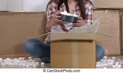 boîte, appartement, cases don, femme, en mouvement, récupérations directes, emballé, nouveau, déballe, carton, dehors