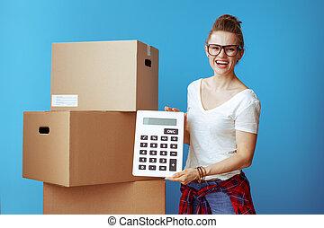 boîte, bleu, femme, projection, sourire, carton, calculatrice