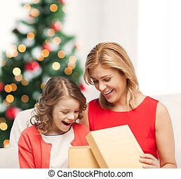 boîte, cadeau, mère, enfant, girl, heureux