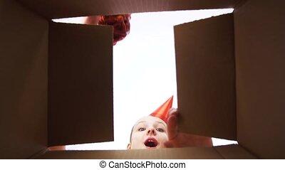 boîte, cadeau, ouverture, fêtede l'anniversaire, girl, chapeau, heureux