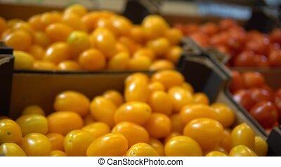 boîte, femme, agriculteurs, achat, prendre, tomates, marché, nourriture, organique