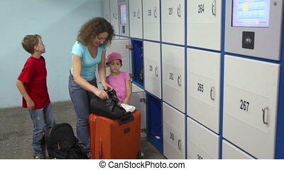boîte, femme, bagage, stockage, il, prépare, mettre, avant