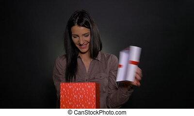 boîte, femme, cadeau, grand, intérieur, plus petit, reçoit, excité, surpris, heureux