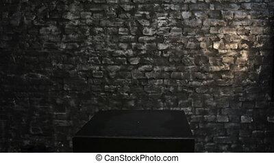 boîte, femme, derrière, noir, regarde, dehors