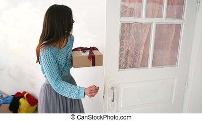 boîte, femme, elle, cadeau, tenant mains, noël