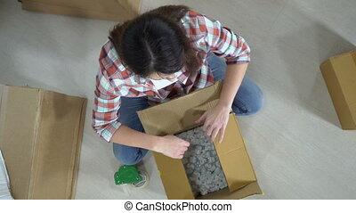 boîte, femme, paquet, cadeau, contient, en mouvement, carton, ou, déballage