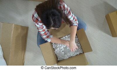 boîte, femme, paquet, cadeau, contient, en mouvement, emballé, carton, ou, déballage