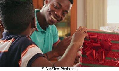 boîte, garçon, cadeau, ouverture, hispanique, anniversaire, enfant noir, célébrer, heureux