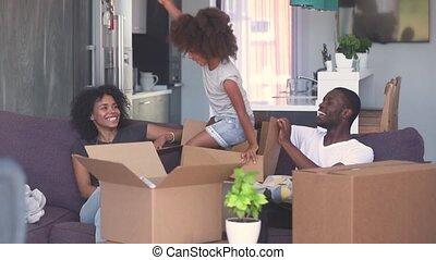 boîte, jeu, saut, enfant noir, parents, girl, dehors, heureux