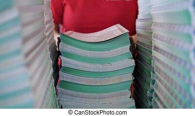 boîte, ouvrier, typographie, grand, papier, s'étend, femme, piles, dehors