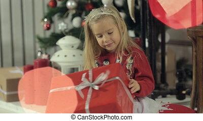 boîte, rigolote, peu, examine, cadeau, séance, grand arbre, blond, longs cheveux, girl, beautifully, décoré, noël
