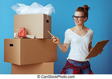 boîte, utilisation, boîtes, compte, liste contrôle, carton, en mouvement, femme