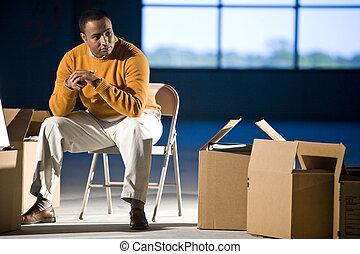 boîtes, entouré, espace, américain, bureau, homme, africaine