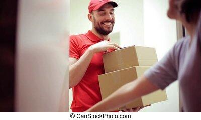 boîtes, maison heureuse, livrer, paquet, homme, client