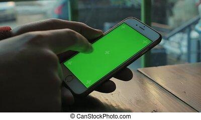 bois, écran, téléphone, table verte, usages, café, homme