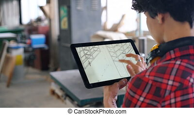 bois, femme, tablette, vérification, écran, regarder, atelier, conception, meubles