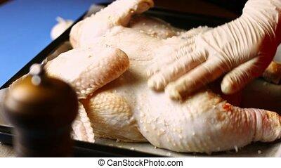 bol, main, processus, chicken., chef cuistot, mer, frais, femme, géorgien, sel, cuisine, grand, dish., tir, artistique, -, assaisonnement, spatchcocked, shkmeruli, verre, tenue