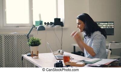 bon, bureau, obtenir, femme affaires, ordinateur portable, rire, mains, utilisation, nouvelles, applaudir