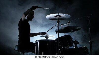 bon, jeux, énergique, enfumé, musicien, silhouette., mouvement, drums., lent, musique, fond, noir, vue., côté