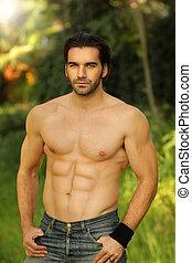 bon, mâle, modèle, portrait, extérieur, crise, sans chemise, regarder