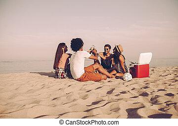bonne disposition, séance, dépenser, gens, jeune, ensemble, gai, bière, quoique, temps, friends!, boire, plage, gentil