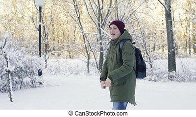 boules neige, homme, parc, jeune, jouer