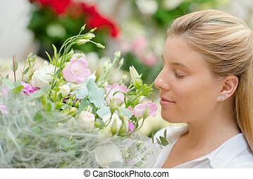 bouquet, fleurs, dame, sentir