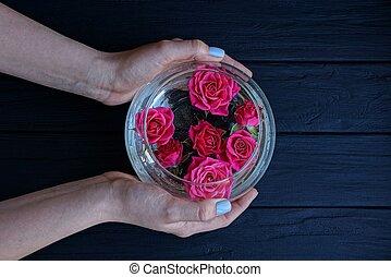 bourgeons, vase verre, eau, roses, tenant mains, rond, rouges