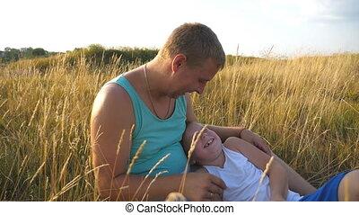 boy., fils, gai, fin, peu, lent, outdoor., père, jeune, chatouiller, champ, heureux, sien, enfant, bébé, homme, papa, haut, ensemble, avoir, mouvement, park., amusement, herbe, jouer, mensonge