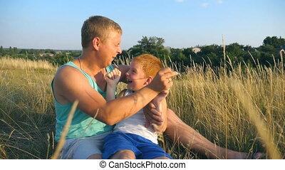boy., fils, gai, fin, peu, lent, outdoor., père, jeune, chatouiller, champ, heureux, sien, enfant, bébé, homme, papa, haut, ensemble, jouer, mouvement, park., amusement, herbe, avoir, mensonge