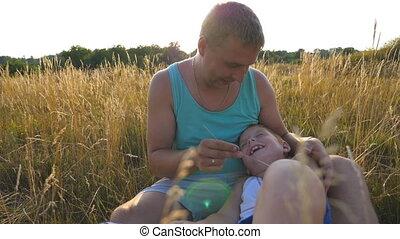 boy., fils, gai, fin, peu, lent, outdoor., père, jeune, chatouiller, champ, heureux, sien, séance, enfant, bébé, homme, papa, haut, ensemble, avoir, mouvement, nature., amusement, herbe, jouer