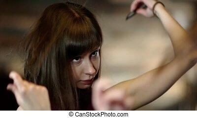 brossage, regarder, femme, elle, jeune, cheveux, miroir