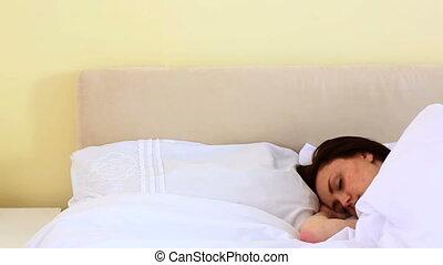 brunette, femme, dormir