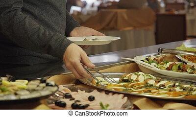 buffet, encas, personne, public, main, plaque, catering., homme, closeup, prend, légume, table