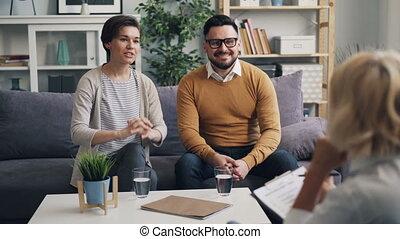bureau, épouse, couple parler, psychologue, thérapie, pendant, mari, heureux