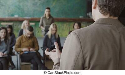 bureau affaires, moderne, jeune, créatif, conversation, team., course, orateur, boardroom., mélangé, homme affaires, réunion