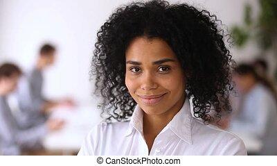 bureau, african-american, moderne, ouvrier, interne, poser, employé féminin, sourire