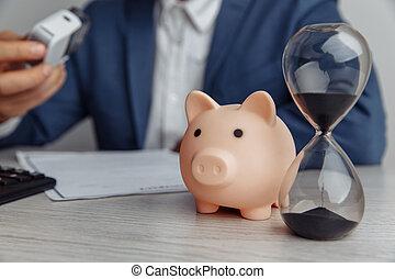 bureau, argent, pile, temps, pièces, banque, homme affaires, contrat, porcin, concept, close-up., bureau., approves, sablier