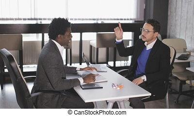 bureau, asseoir, hommes, deux, conversation, fauteuils