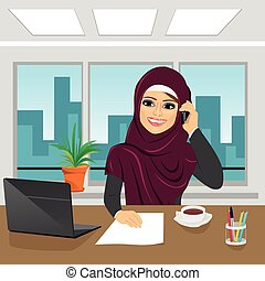 bureau, business, arabe, femme parler, ordinateur portable, téléphone, porter, hijab