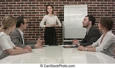 bureau, business, donner, femme affaires, présentation, flipchart., réunion