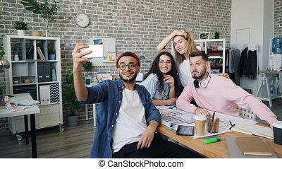 bureau, business, prendre, moderne, créatif, équipe, homme affaires, selfie